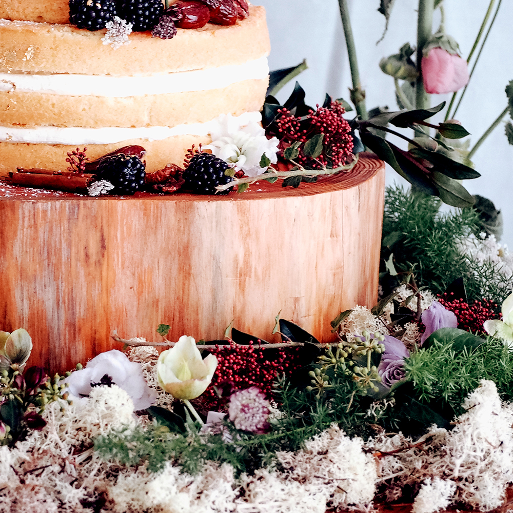Example of how to dress a wedding cake table